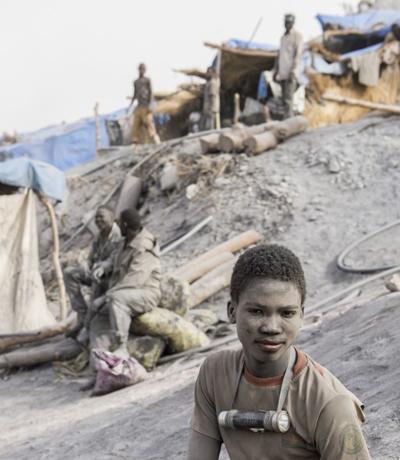 Kleinschürfer bei der Arbeit in einer Mine in Burkina Faso