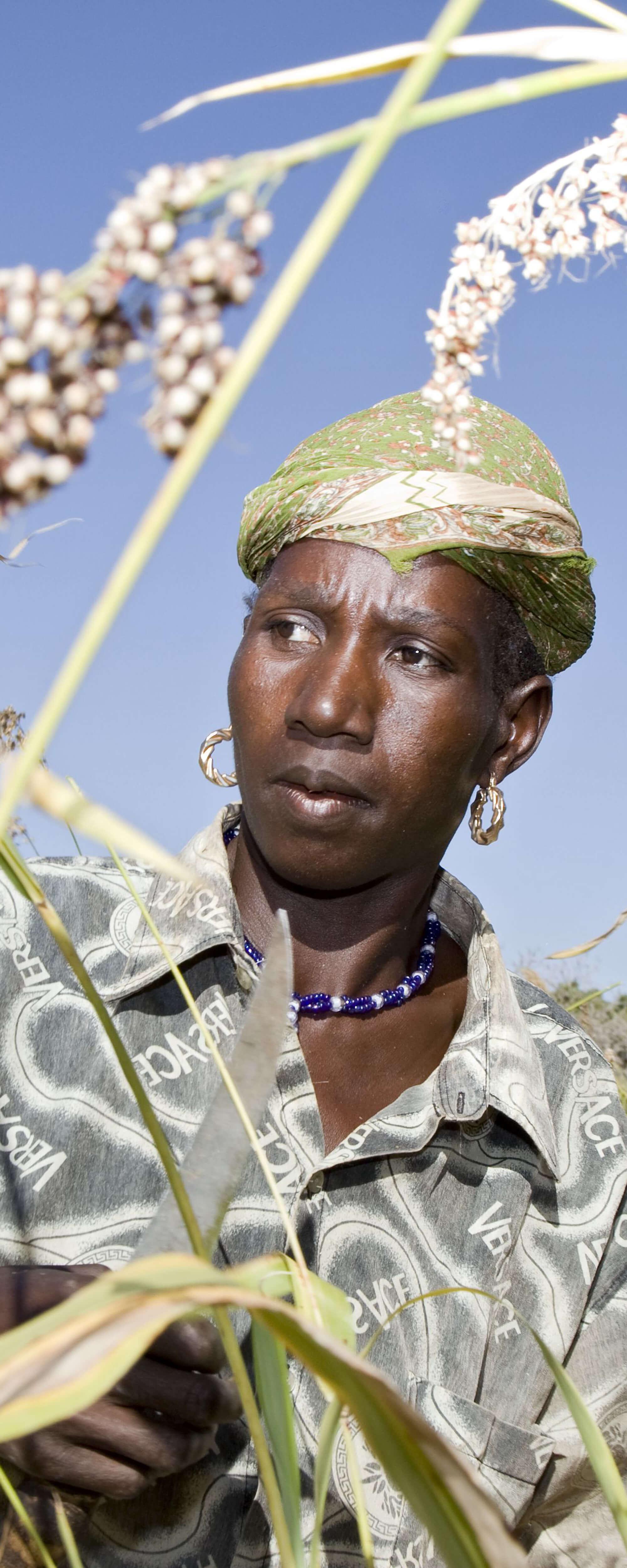 Eine Frau füllt Getreide ab