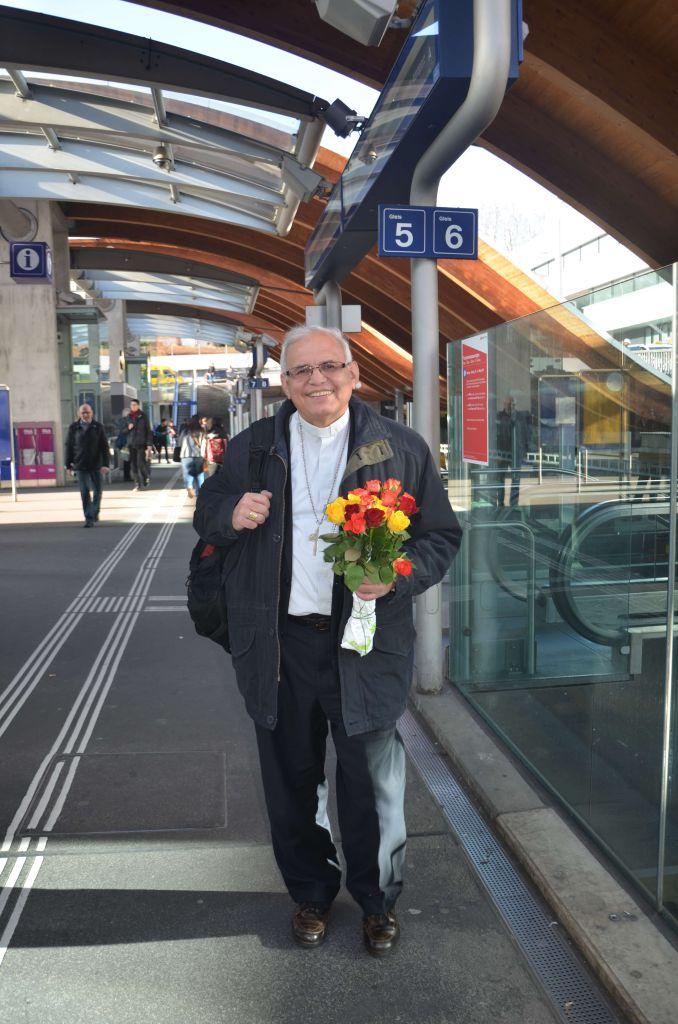 """""""Indem ich einer mir lieben Person eine Rose offeriere, helfe ich einer anderen Person. Auch wenn diese Person und ich uns wahrscheinlich nie treffen werden, kreuzen sich in diesem Augenblick unsere Wege. Das kreiert einen besonderen Moment."""" Bischof Alvaro Ramazzini, Projektpartner von Fastenopfer in Guatemala. © Colette Kalt, Fastenopfer"""
