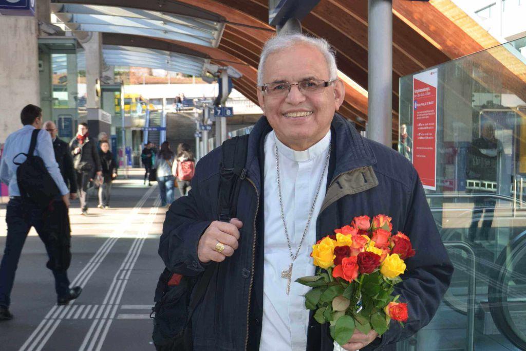 Alvaro Ramazzini mit einem Strauss Rosen in den Händen