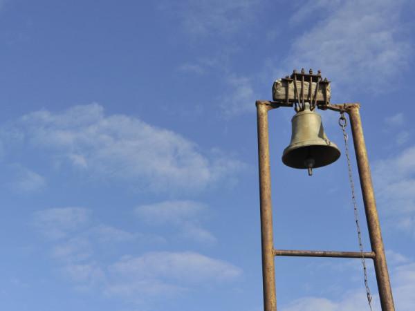 Sambia, Moomba: Kirchturm mit Glocke von Moomba.