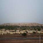 Das neue Dorf Bissa mit der Abraumhalde im Hintergrund. (Foto: Meinrad Schade/Fastenopfer)