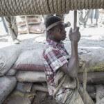Ein junger Kleinschürfer lässt in den Stollen der Goldmine von Alga in Burkina Faso hinunter. (Foto: Meinrad Schade/Fastenopfer)