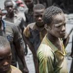 Erschöpfte Gesichter junger Goldschürfer in der Goldmine Alga in Burkina Faso. (Foto: Meinrad Schade/Fastenopfer)