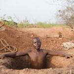 Ein Goldschürfer steigt aus dem Stollen in einer Mine bei Tikaré. (Foto: Meinrad Schade/Fastenopfer)