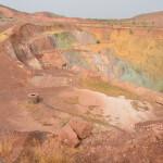 Ein Mann steht vor einer riesigen Mine