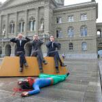 Die Schweizer Politik sieht nichts, hört nichts und sagt nichts: Performance von Fastenopfer und Brot für alle auf dem Bundesplatz in Bern. (Foto: John Patrick Walder/Fastenopfer und Brot für alle)