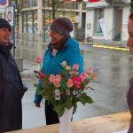 Trotz Dauerregen grosser Einsatz der Freiwilligen der Pfarrei Uster für die Rosenaktion ©Fastenopfer / Patricio Frei