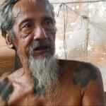 Als weiser Dorfältester tritt Abay Janggut für die traditionelle Kultur der einheimischen Dayak ein. Er und das Dorf Sungai Utik wollen ihr Land nicht verlieren und wehren sich gegen Ölpalm-Plantagen. ©Brot für alle / François de Sury