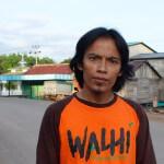 Hendrikus Adam, einer der engagierten Mitarbeiter von Walhi. Diese Partnerorganisation von Brot für alle setzt sich in ganz Indonesien für die Rechte der von den Ölpalmplantagen betroffenen Bevölkerung ein. ©Brot für alle / Urs Walter