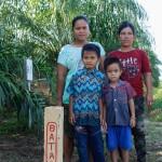 """Batas (""""Grenze""""), steht auf den Pfosten, die Pak Aby rund um sein Haus gesetzt hat. Das Land dahinter hat seiner Familie vor fünf Jahren der Konzern Bumitama weggenommen. ©Brot für alle / Urs Walter"""