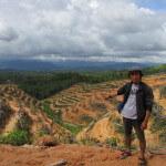 Wie in Nanga Pari werden vielerorts auch steile Hänge für Plantagen gerodet. Doch wo nur Ölpalmen wachsen, beginnt schnell die Bodenerosion, warnt Hendrikus Adam, Mitarbeiter von Walhi in West-Kalimantan, Indonesien. ©Brot für alle / Miges Baumann
