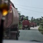 8000 Liter Palmöl transportiert einer der unzähligen Lastwagen, die oft in langen Kolonnen Richtung Küste fahren. Erntezeit ist rund ums Jahr.  ©Brot für alle / Miges Baumann