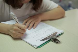 Ausfüllen der Krankenakte eines Benzolpatienten