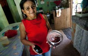 Lisete Aleixo Monteiro -  zeigt selbst produzierten Honig.Pará, Brasil.