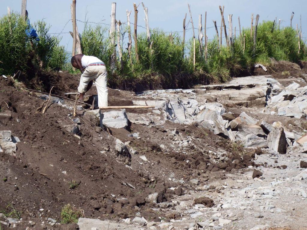 Ein Arbeiter am Rand einer Mine