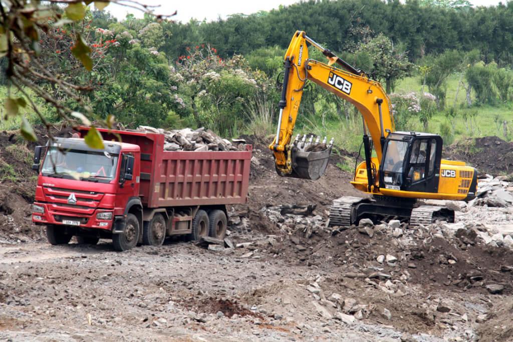 In einer Mine lädt ein Bagger Steine in einen Lastwagen