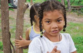 Im Rahmen des Projekts wird eine Gruppe von Frauen und Männern darin ausgebildet, Früchte zu verarbeiten und zu konservieren. Das gewonnene Fruchtfleisch wird in einem einfachen Kühlzentrum tiefgefroren und auf Bestellung in die Schulzentren geliefert. Das Fruchtfleisch ist eine wertvolle Grundlage für die Herstellung von Fruchtsäften. Das Projekt leistet einen Beitrag zur Verbesserung der Einkommen der Kleinbauernfamilien. Mit den geernteten Früchten, die sie ans Kühlzentrum abliefern, können sie einen wertvollen Zusatzverdienst erwirtschaften. Die Mittagstische der Kinder und Jugendlichen an den öffentlichen Schulen werden in einer ersten Phase durch reichhaltige Fruchtsäfte bereichert, später sollen weitere Lebensmittel, vorab Mais und Bohnen, aus der Region und nicht mehr wie bisher vom Ausland bezogen werden.