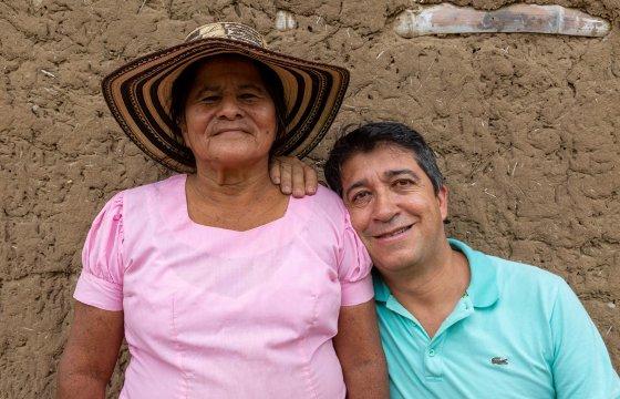 Fernando Castrillón Zapata bei einem Projektbesuch mit einer Bäuerin in Natagaima. Bild: Fastenopfer.