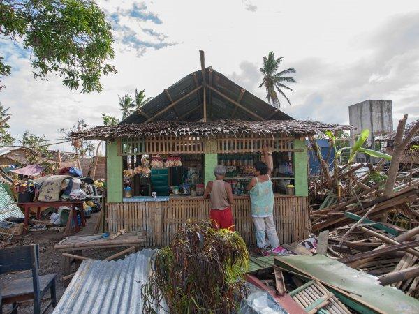 Taifun Haiyan, 2013: Ein altes Paar repariert ihren kleinen Laden, der den Sturm überstand, obwohl Vieles in der Nachbarschaft zusammenbrach. New Washington, Aklan, Insel Panay, Philippinen.