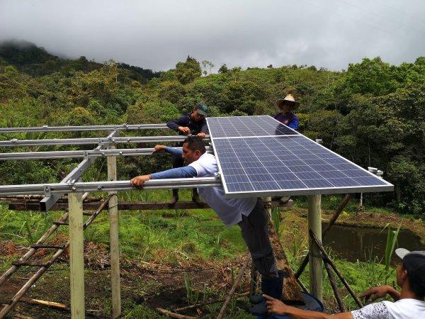 Im Dorf Lisboa Dajuando in der Region Cauca im Südwesten Kolumbiens werden Sonnenkollektoren installiert. Sie betreiben klimafreundlich Wasserpumpen, welche die Felder der Bäuerinnen und Bauern bewässern. Bild: Víctor López